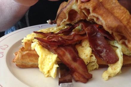Waffel-Bacon mit Ei