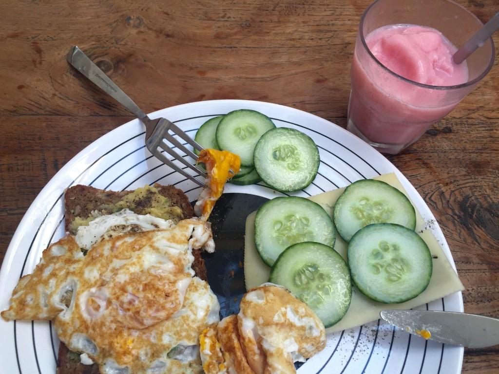 Avocado Ei Gurken Eiweißbrot und Wassermelonen Smoothie Frühstück