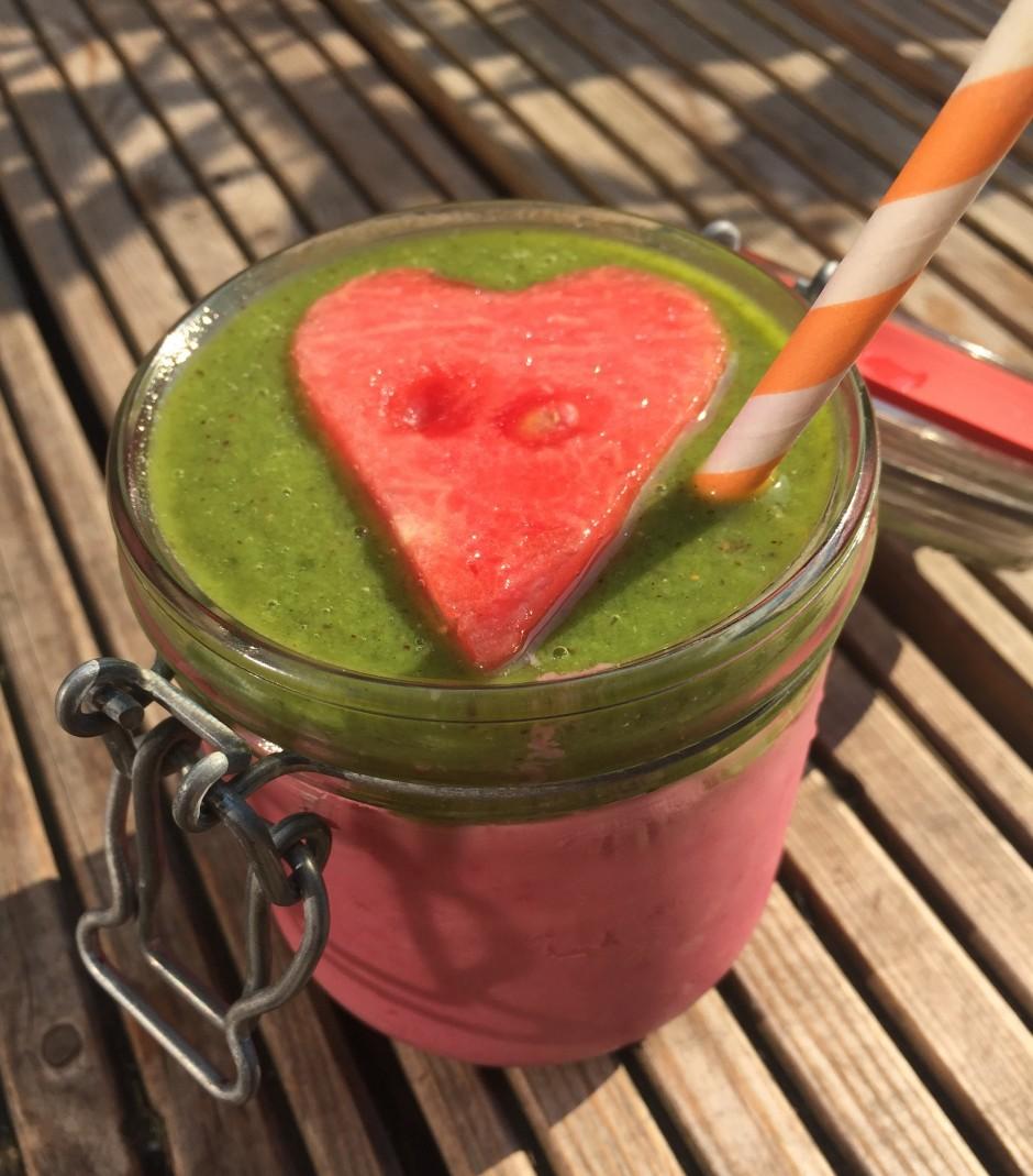 Frozen Himbeere Fruchtsmoothie mit Kiwi, Matcha und Kokosnussmilch und Herz aus Wassermelone