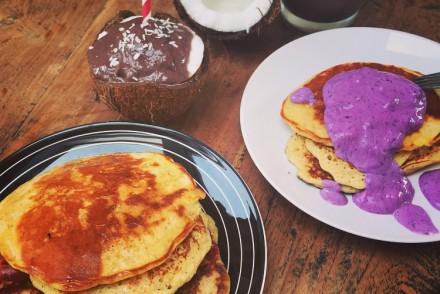 Sonntagsfrühstück mit Pancakes und Kokosnussshake