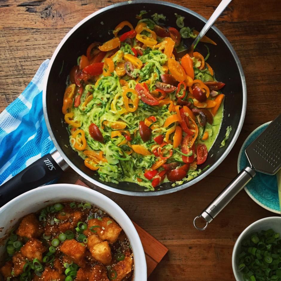 Zoodles Pasta Pfanne mit bunten Tomaten