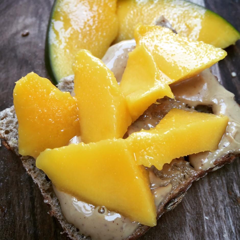 Erdnussmus Mango Stulle