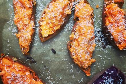 Oranges und lila Süßkartoffelmus aus dem Ofen