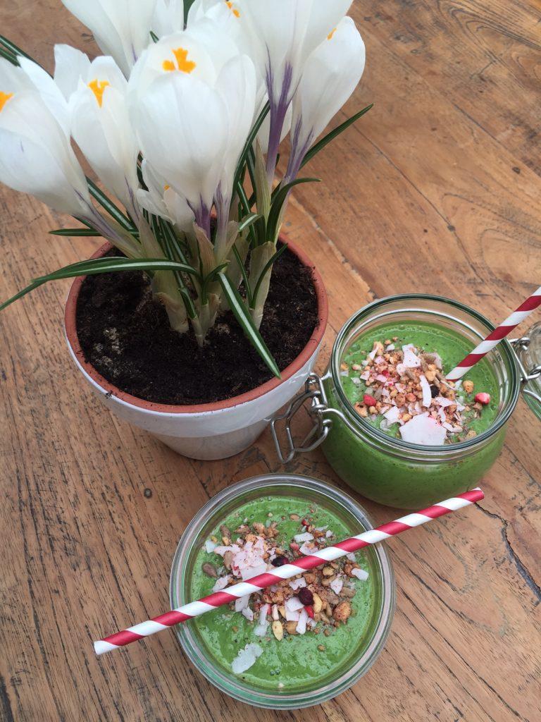Gruene Spinat Fruehstueckssmoothie Bowl