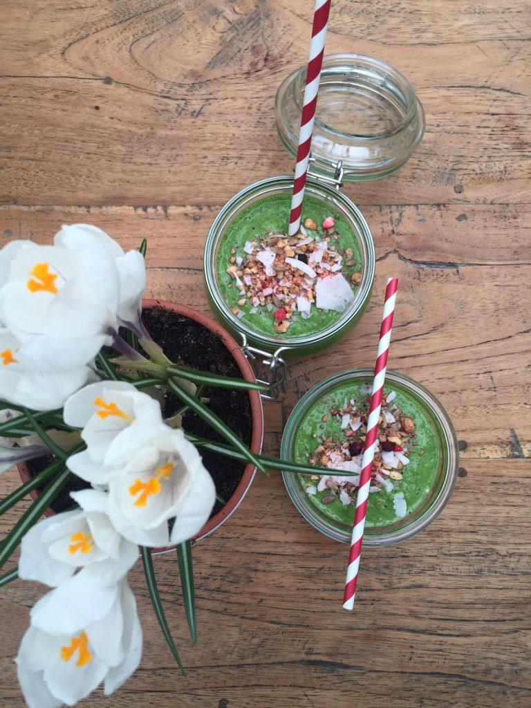Gruene Spinat Smoothiebowl mit Muesli Topping