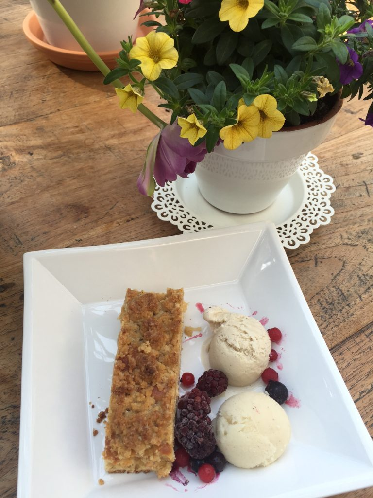 Streuselkuchen mit Vanille-Tonkabohneneis