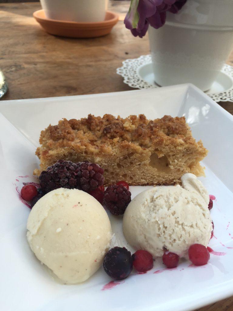 Streuselkuchen mit Vanilleeis und Tonkabohnen Eis