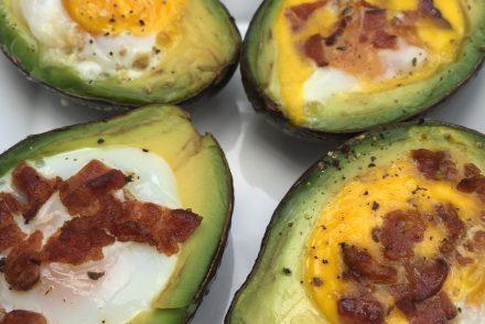 Ueberbackene Avocado mit Speck und Ei