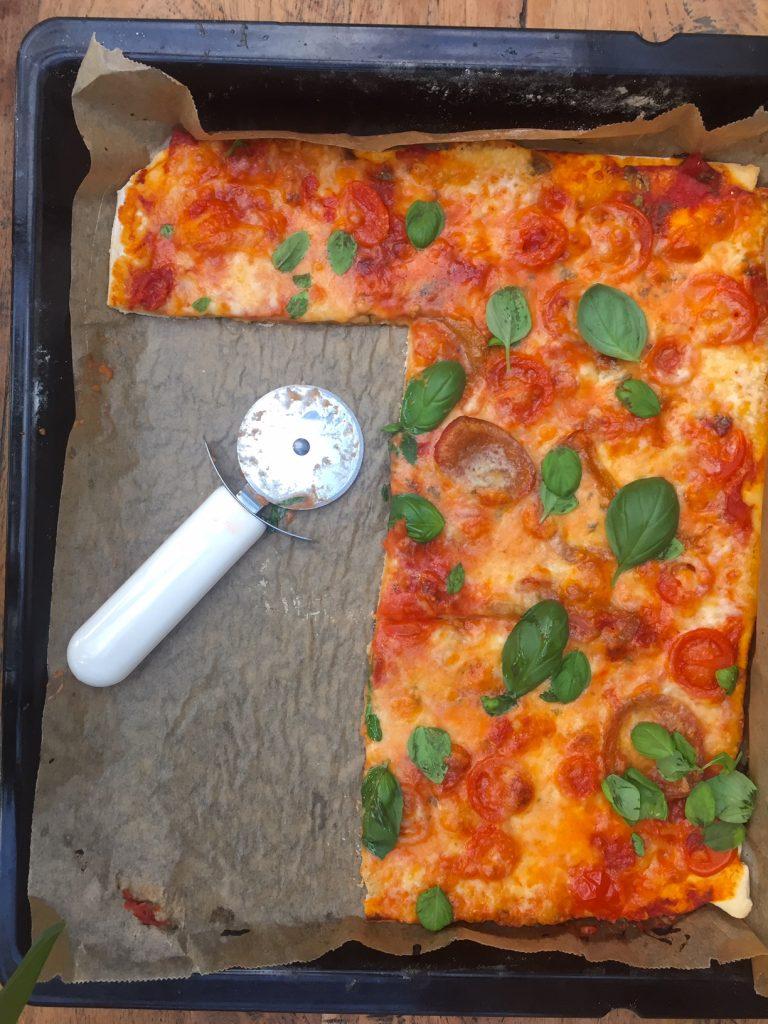 frisch gebackene pizza margherita