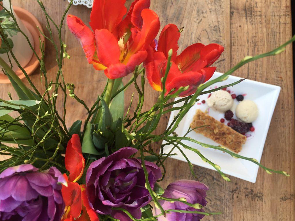veganes Dessert mit Streuselkuchen und Eiscreme